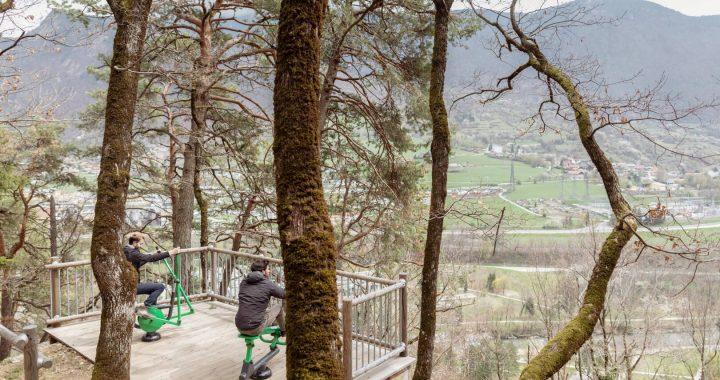 L'aménagement a été conçu pour s'inscrire parfaitement dans l'identité naturelle du site. Par exemple, les agrès de fitness outdoor sont installés sur un belvédère.