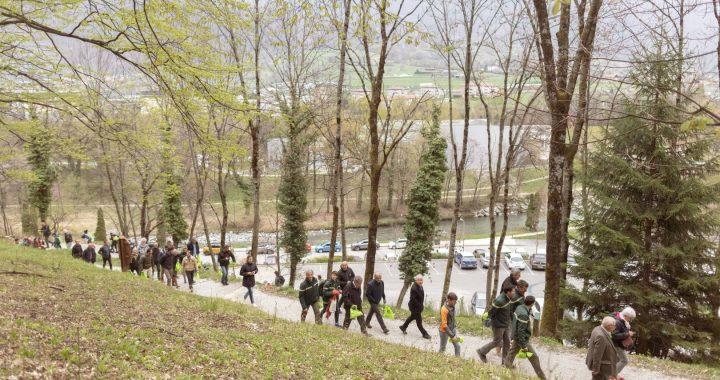 La commune et l'ONF se rendent sur le parcours sportif accompagnés par les visiteurs présents pour l'inauguration.