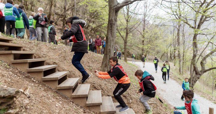 Les enfants testent l'agrès cardio installé sur le versant, qui comporte plus de 90 marches.